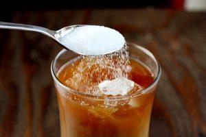 ریختن شکر در آیس کافی
